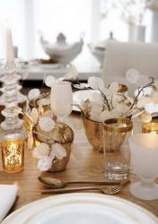 déco-table-Noël-22-idées-verres-dorés-bougeoirs-blanc