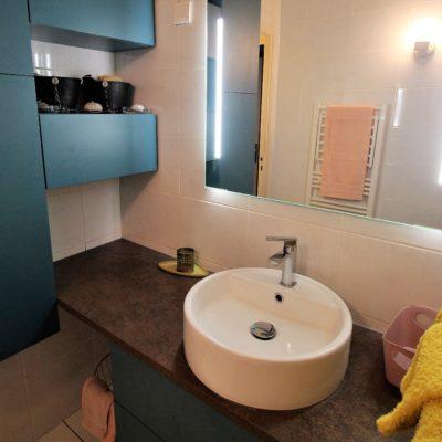 Salle de bain de style contemporain chic de couleur bleu vert émeraude - Décoration intérieure, aménagement et maîtrise d'oeuvre appartement à Sainte Foy lès Lyon - Réalisation agence Vertinea Décoration intérieure Lyon